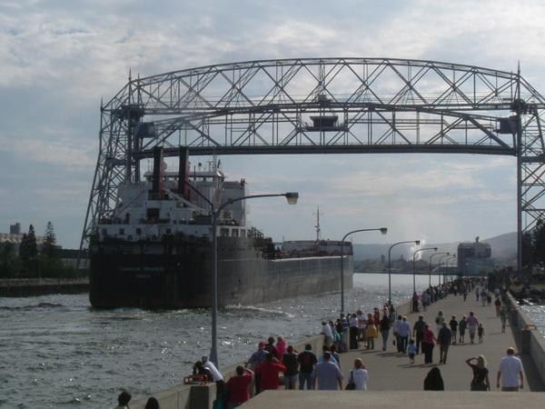 橋的中段往上移動,讓貨輪可以經過