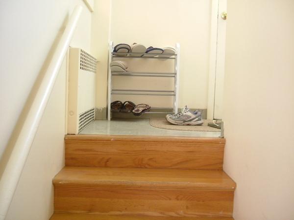 上半層樓梯是前門