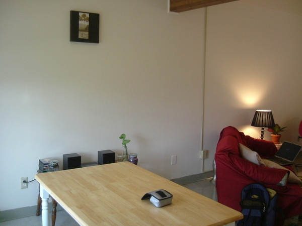 只有桌子沒有椅子的餐廳(靠牆有音響)