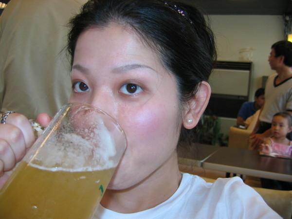 大口喝啤酒~