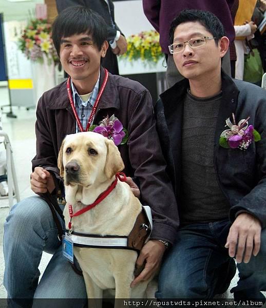 調整大小 葉鈜綦總經理與導盲犬及使用者合影3.JPG