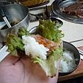 小金說用菜夾肉加醬加泡菜加飯然後包起來