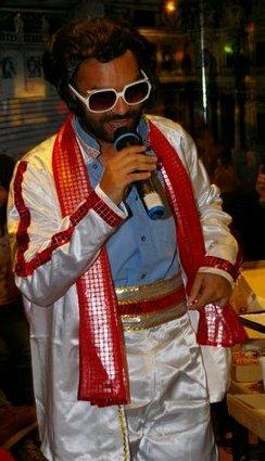 Soumya老師在Xmas party變裝為貓王
