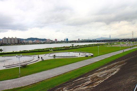 三重河堤旁.jpg