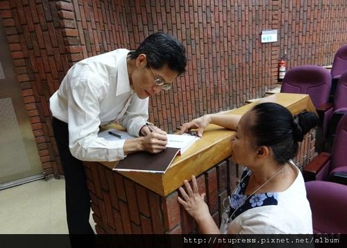 (6)蔡教授為熱情讀者簽書-1.JPG