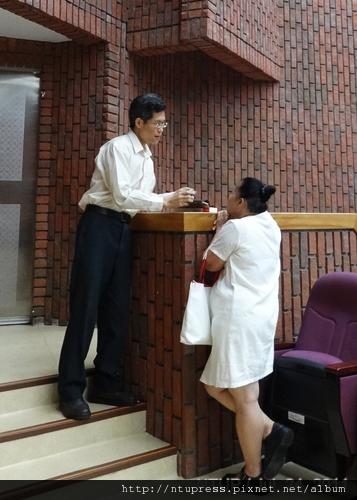 (5)蔡教授為熱情讀者簽書.JPG