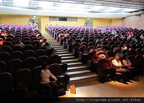 (11)聚精會神的聽眾.JPG