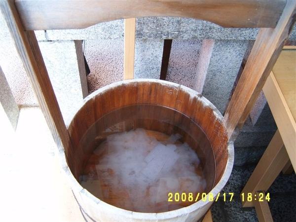寫完名字後要放入這個水桶裡