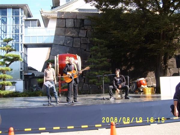 那天有人在現場表演唱歌