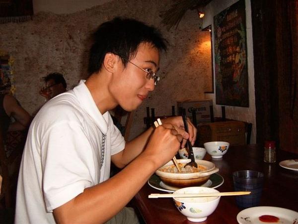 泡芙龍吃的津津有味