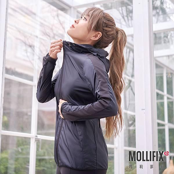 17-4 MOLLIFIX 瑪莉菲絲 友善修身連帽透氣風衣外套_(黑).jfif