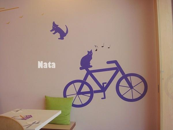 04.一入店門的牆上貓咪騎腳踏車壁貼.jpg