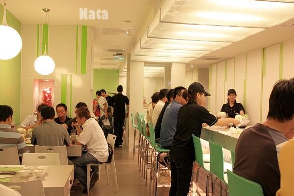 21.室內用餐吧臺與多人桌位.jpg