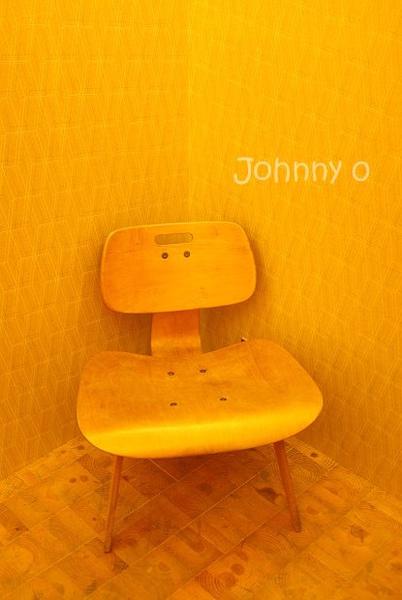 13.一隅等候專用的弧形木椅.jpg