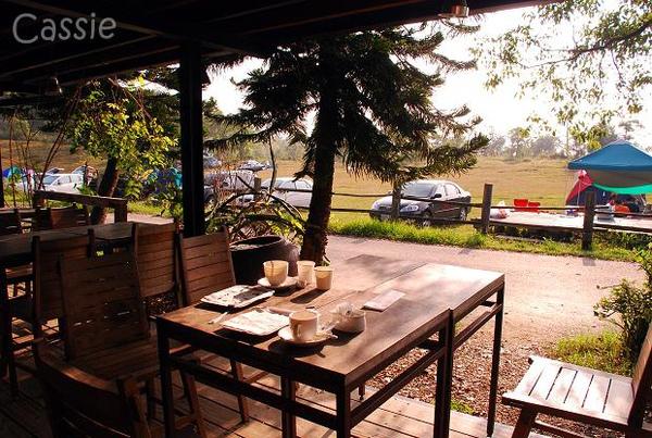 09.吧臺旁的餐桌.jpg