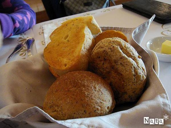 08.麵包籃-有兩種麵包.jpg