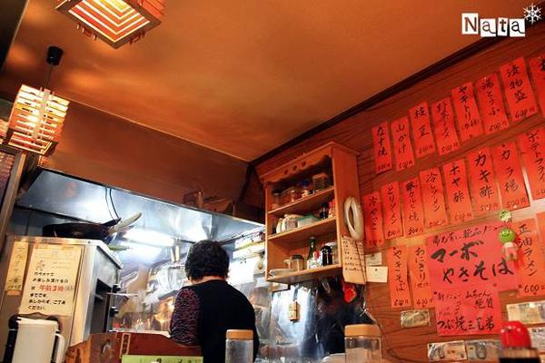 02.我們打算坐在開放式廚房旁的餐吧台吃飯.jpg