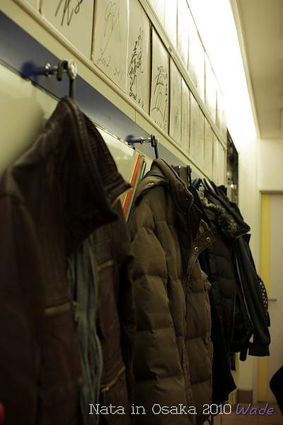 10.店內貼心的提供吊掛外套的勾子.JPG