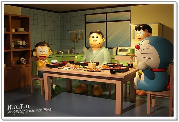 12.一家人用餐中.jpg