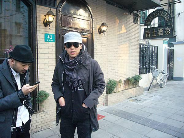 上海的吉士酒家,在新天地附近    去過上海的朋友應該很熟悉。當天的氣溫為-4度C,不是有點低,而是根本就結冰了!看Alan的樣子   的確很『cool』喔