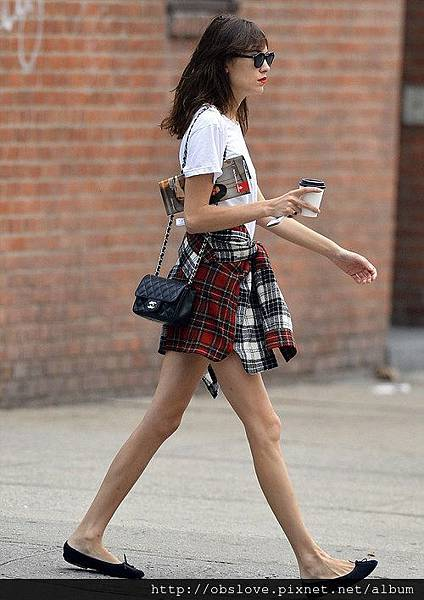 la-modella-mafia-Alexa-Chung-street-style-rocking-Fall-2013-grunge-plaid-trend-with-a-Chanel-bag-2