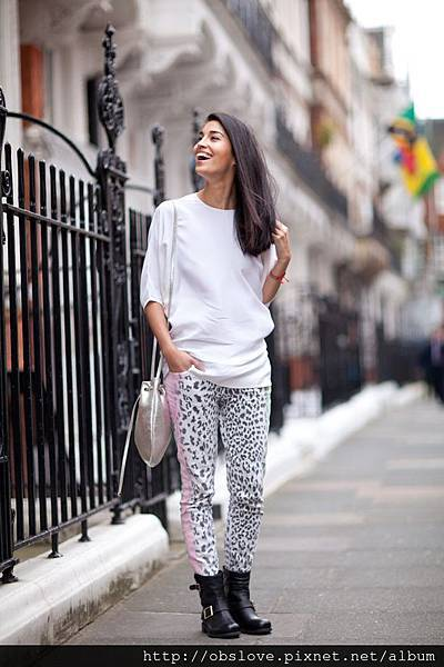 CAROLINE-ISSA-TANKMAGAZINE-FASHION-EDITOR-JIMMY-CHOO-STYLEMAKERS-CAMPAIGN-BY-MR-NEWTON-STREET-STYLE-PHOTOGRAPHER-WHITE-TOP-SILVER-CROSSBODY-BAG-LEOPARD-PRINT-DENIM-PANTS-JIMMY-CHOO-BAG-MOTO-BOOTS