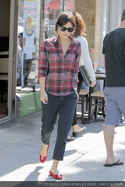 jessica_alba_grey_pants_red_ba