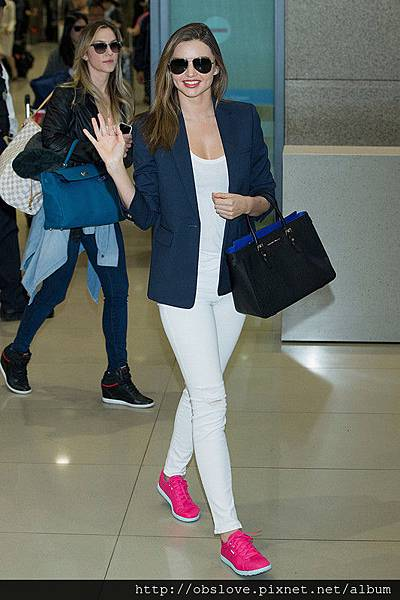 Miranda-Kerr-waved-fans-after-touching-down-airport_副本