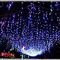 1020223  燈會外的人行道上 掛滿了小燈