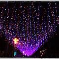 1020223  燈會外的人行道上掛滿了小燈