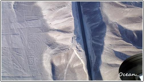 那斯卡線 亂畫的線跟沙漠中的公路.jpg