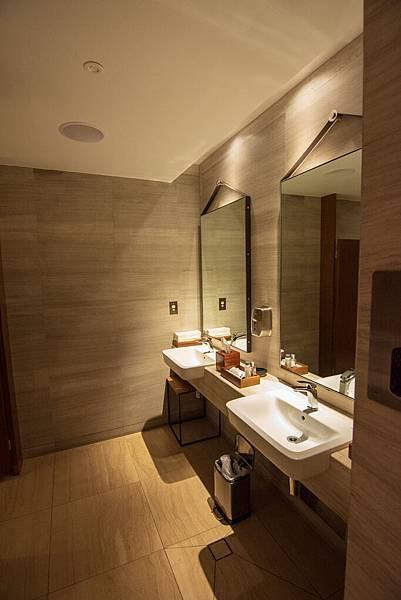 Singapore First Class Lounge at Sydney 013.jpg