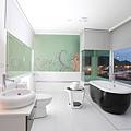 白色漂浮浴室.jpg