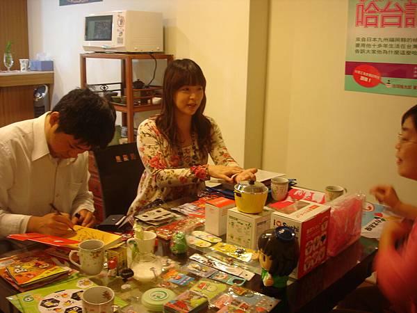 """滿桌子都是吉岡老師來台灣之後的""""戰利品"""""""