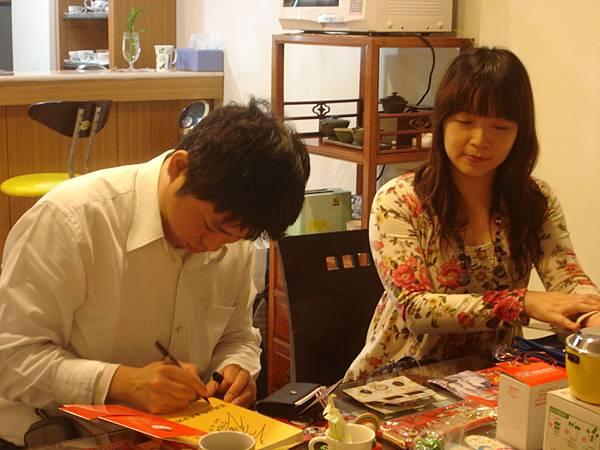 當場請吉岡老師簽名, 將書送給記者和攝影大哥