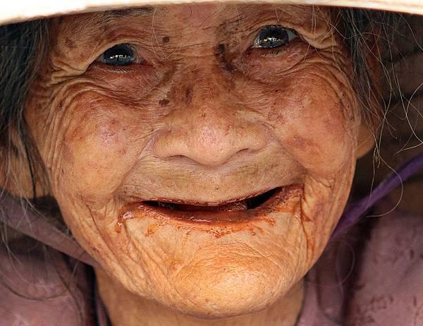 Old-Vietnamese-Woman_1415937878