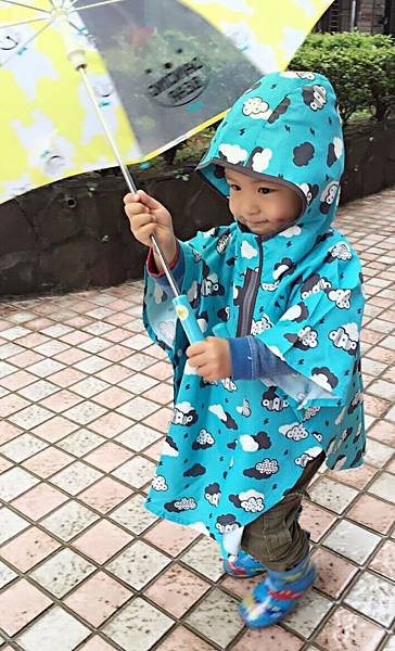 享受沐浴在雨中