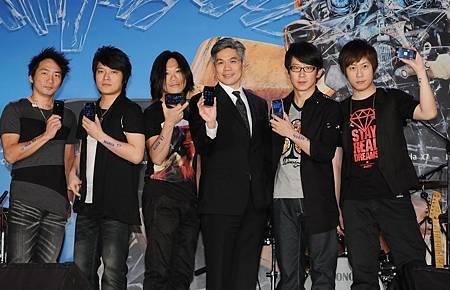 台灣諾基亞總經理許培楨與Nokia X7活動大使五月天合照.JPG