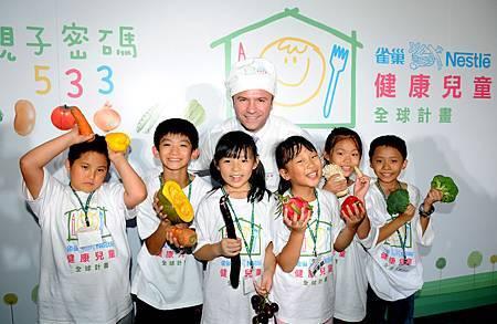台灣雀巢公司總經理與小朋友們開心合照.JPG