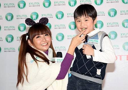 蝴蝶姐姐與小小彬首次擔任LOTTE XYLITOL小學堂助教 推廣牙齒防蛀新主張.jpg