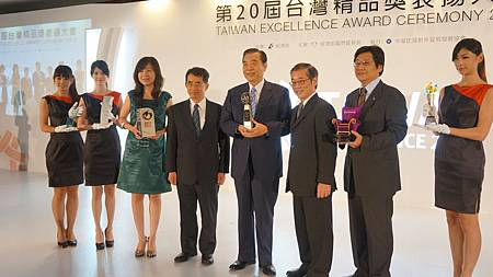 外貿協會王志剛董事長與奧美團隊一同分享世博台灣館的榮耀
