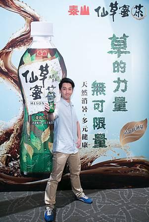 「娛樂圈最紅小草」的高人氣主持人-陳漢典,成為泰山28年以來第一位兩岸同時代言的代言人