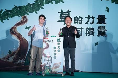 泰山詹岳霖董事長和陳漢典共同呼籲大家一起「小草變仙草」!!