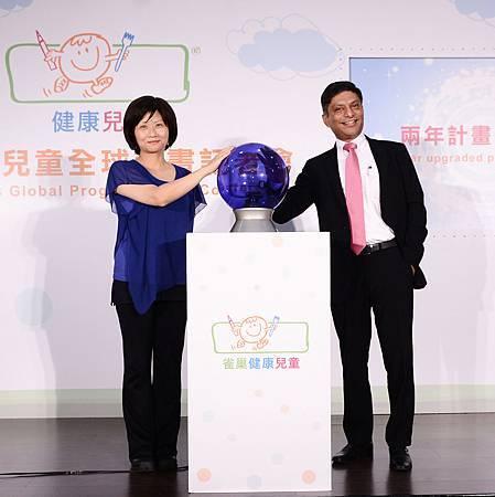 台灣雀巢總經理崔伍迪Mr. Mayank Trivedi(右)與董氏基金會營養組主任許惠玉(左)一同為雀巢健康兒童二年升級計畫進行啟動儀式