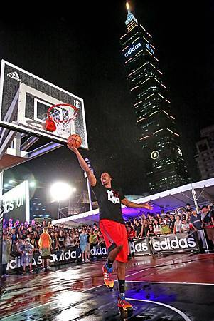 Dwight Howard在adidas 101籃球公園擔任開幕貴賓,象徵啟用這座台灣籃球新地標。