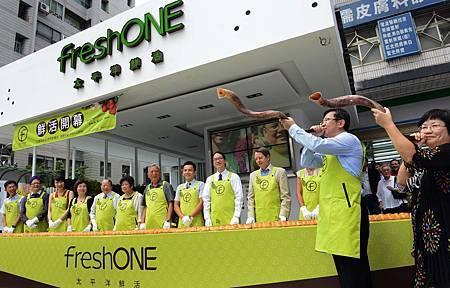 freshONE藉由貴賓一齊撕開特製8公尺長鮮活麵包,並吹響勝利號角作為隆重的開幕剪綵儀式