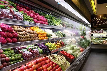 freshONE店內設置全台最大有機生鮮蔬果裸賣區,提供大量未包裝的有機在地生鮮蔬果,讓消費者透過直接接觸到食物