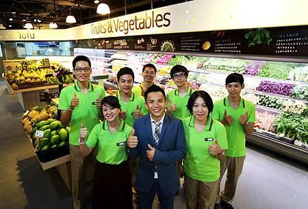 freshONE鮮活超市執行長李哲欽與員工用微笑迎接所有的消費者