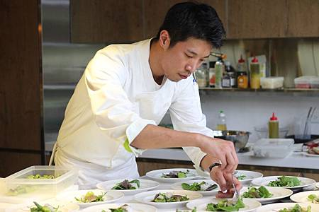 顧客從freshONE超市購買最新鮮天然的食材後,即可由專業主廚團隊烹調,輕鬆享受健康現做的美味料理