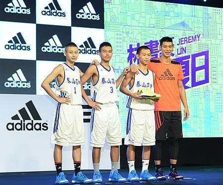 林書豪同時以Coach Lin身分指導三位泰山高中新生代球員代表